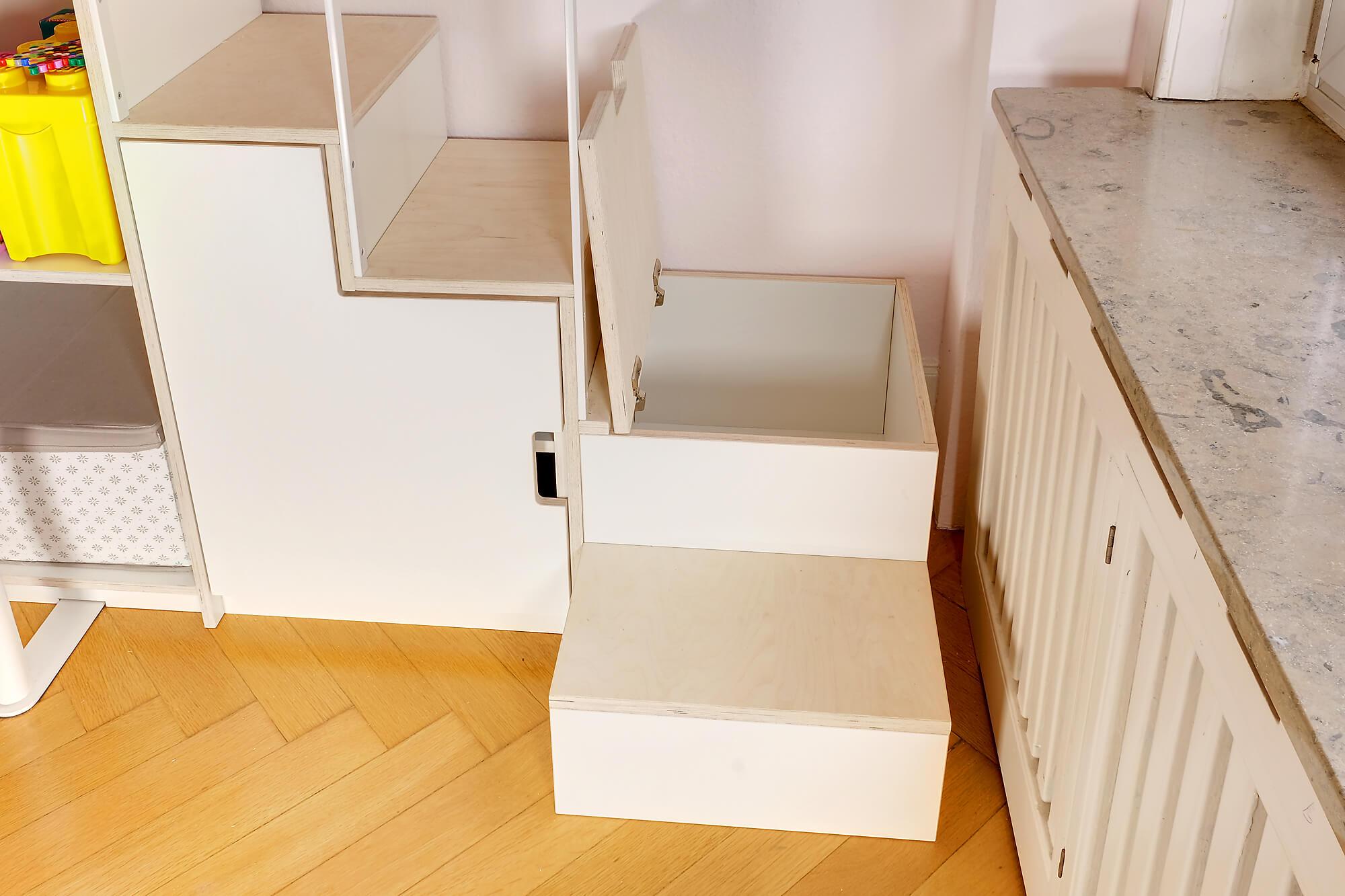 Treppe-Podest mit geöffnetem Stauraum