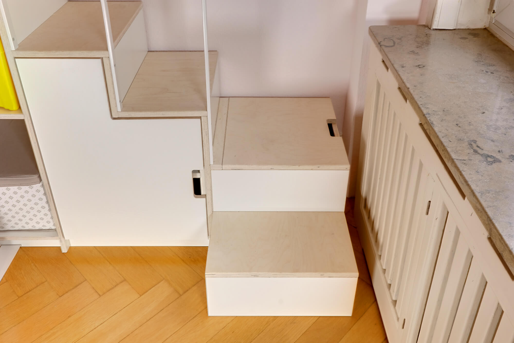 Treppen-Podest mit geschlossenem Stauraum.
