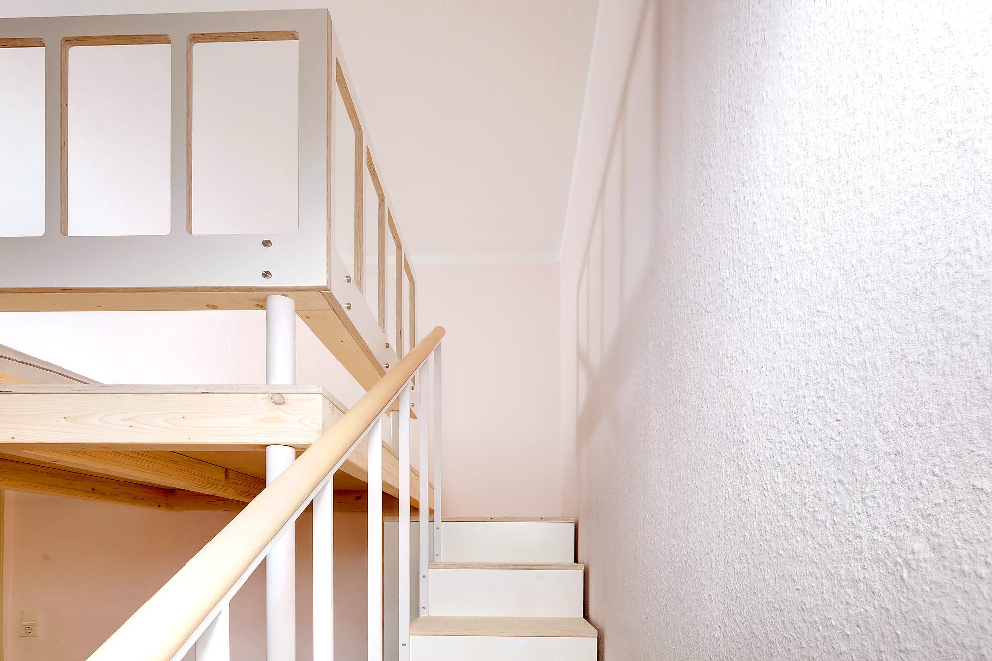 Treppe mit Gelaender zur Hochetage.